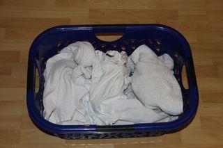 weiße Wäsche - weiße Wäsche, Wäsche waschen, waschen, Wäschekorb, Textilien, Schmutzwäsche, Wäsche, Maschinenwäsche, Waschmaschine, Dreckwäsche, Buntwäsche, Wäschekorb, Wäsche sortieren, Farben, Textilart, schmutzige Wäsche, sortiert, schmutzig, Haushalt