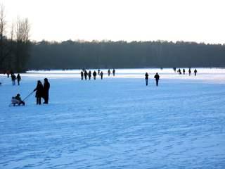 Winter auf dem See und Wasser #1 - Winter, Eis, vergnügen, bewegen, Schnee, kalt, Jahreszeit, frieren, gefrieren, gefroren, zugefroren, Frost, Dichte, Physik, Fluß, Aggregatzustand, Anomalie