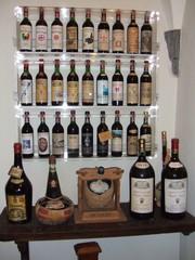 Chianti in Radda - Wein, Chianti, Weinbau, Toskana, Italien, Laden, italienisch, Rotwein, Hahn, Flasche