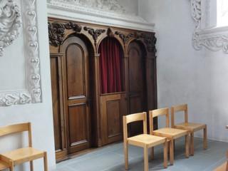 Beichtstuhl - Beichtstuhl, Kirche, Stuhl, katholisch, Religion, Sünde, sühnen, vergeben, beichten, Vorhang