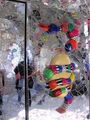 Niki de Saint-Phalle: Detail in der Grotte #7 - Schlange, Wand, Figur, Niki de Saint Phalle, gelb, blau, weiß, rot, grün, schwarz, silber, Glas, Mosaik, Spiegel, Grotte, Herrenhäuser Gärten, Kunst, Bildhauerin, Skulptur, ModernArt, Figur