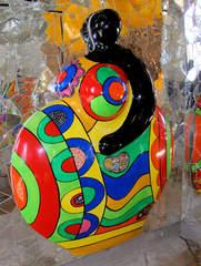 Niki de Saint-Phalle: Detail in der Grotte #8 - Nana, Figur, Wand, Relief, Niki de Saint Phalle, schwarz, rot, gelb, silber, bunt, Glas, Mosaik, Spiegel, Grotte, Herrenhäuser Gärten, Bildhauerin, Skulptur, Kunst, ModernArt