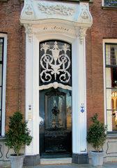 Haustür in Südholland #6 - Tür, Haustür, Eingang, Oberlicht, Südholland, Ornament, Schmuck, Stuck, Stukkatur, Hochglanz, glänzend, blank, vornehm, edel