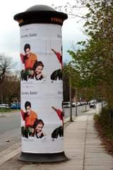 Litfaßsäule #1 - Litfaßsäule, Foto, Photo, Litfaß, Säule, Werbung, werben, Plakat, Plakatierung, plakatieren, außen, drucken, Druck, Rechtschreibregeln, ß, Zylinder, Mathematik, Körper