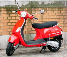 Motorroller Vespa - Hubraum, PS, Roller, Motorroller, Vespa, fahren, Verkehr, Verkehrsmittel, Fortbewegung, rot, Rad, Räder, Zweirad, bewegen, motorisiert, Karosserie, Schaltgetriebe, rollen