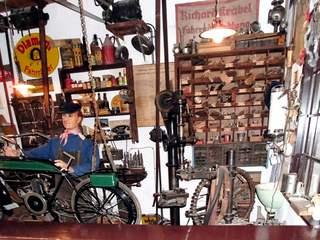 Ansicht einer Fahrradwerkstatt 2 - Fahrrad, Zweirad, Reparatur, Wartung, Werkstatt, reparieren, warten, austauschen, Mechaniker, Mechanik, mechanisch, Werkzeug, Beruf, Zubehör