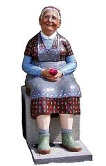 Großmutter - Oma, Großmutter, Frau, alt, Skulptur, Familie, Plastik, Schreibanlass, sitzen, lächeln, freundlich, ausgeglichen