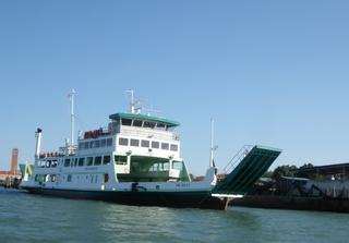 Autofähre bei Venedig - Schiff, Fähre, Auto, Transport, Wasser, Meer