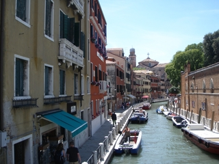 Kanal in Venedig - Häuser, Haus, Kanal, Schiff, Gehsteig, Trottoir, Beförderung, Farbe, bunt, Meer, Straße, Straßenzug