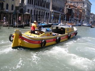 Postschiff in Venedig - Venedig, Schiff, Transport, Canale Grande, Post, Postschiff, schwimmen, fahren, Beförderung, rot, gelb