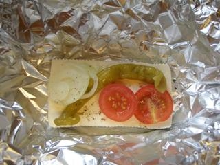 Leckerer Grillkäse - Käse, Feta, Pfeffer, Peperoni, Tomate, Zwiebel, Grillen, Alufolie, Esspaket, Sommer, lecker, Essen, Vegetarier, vegetarisch, Hitze