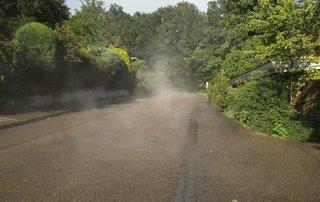 Dampfender Asphalt - Verdunstung, Nebel, Zustandsänderung, Aggregatzustand, Dunst, Feuchtigkeit, Wasserdampf, gasförmig, gesättigt, Sonneneinstrahlung, Luftfeuchtigkeit, Verdampfen