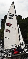 Segelboot - Segeln, segeln, Segel, Wasser, Sport, Wassersport, Großsegel, Fock, Jolle, Sportboot, Boot, Bootskörper, Heck, Bug, Rumpf, Rigg, Baum, Mast, Windenergie, Freizeitsport, Wettkampfsport, Luftströmung, Winddruck, Vortrieb