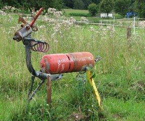 Tierplastik aus Abfallmaterialien - Hirsch? Reh? - Plastik, Abfall, Schrott, Gasflasche, Kunstwerk, Schrottkunst, Metallskulptur