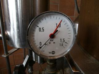 Destillation #2 - Destillieren, Destillationsapparat, Trennverfahren, Trennmethode, Sieden, Verdampfen, Abkühlen, Kondensieren, Druckanzeiger, Schnapsbrennen, Gemenge, Luftdruck, bar, Manometer
