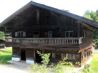 Schulhaus im 17. – 18. Jahrhundert #1 - Schulhaus, Rathaus, Gefängnis, 17 Jahrhundert, 18 Jahrhundert, alt, klein, Bayern, Balkon, Geländer, Unterricht, lernen, lehren