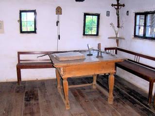 Schulhaus im 17. – 18. Jahrhundert #2 - Schulhaus, Schulstube, Schule, lernen, Unterricht, 17 Jahrhundert, 18 Jahrhundert, Tisch, Bank, Eckbank, Kruzifix, Bibel, Lebensweise