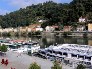 Passau - die Dreiflüssestadt #1 - Passau, Donau, Fluss, Ausblick, Schifffahrt, Kreuzfahrt, Kreuzfahrtschiff, Schiff, Anleger, Kabinen, Sonnendeck
