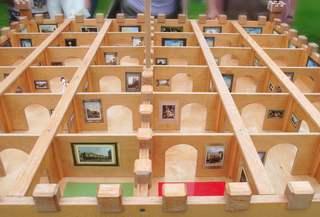 Magnetlabyrinth mit künstlerischen Darstellungen - Magnet, Spiel, Holz, Labyrinth, Bilder, Suche, Weg, Wege, Richtung, Richtungsänderung, spielen, Freizeit, fördern, Magnetismus