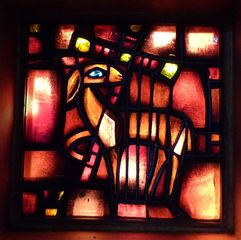 Taizé 11 - Glasfenster Lamm Gottes - Taizé, Altarraum, Ökumene, Konfession, Glaskunst, Fenster, Lamm Gottes, Kreuz, Passion, Ostern, Sünde, Erlösung, Farbe Rot, Kirchenjahr