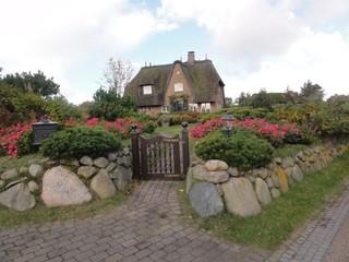Haus2 - Haus, Haubag, Reet, Reetdach, Mauer, Granit, Granitsteine, Steinmauer, Heckenrose, Gartentor, Sylt