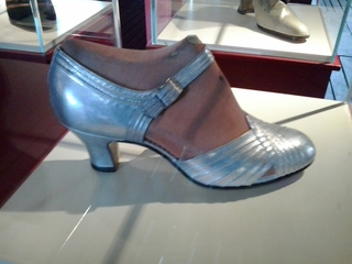 Schuh 1924 - 1924, Schuh, Damenschuh, Mode, Bekleidung, Lederschuh, Spangenschuh, silber, Ziegenleder, Zwanziger Jahre