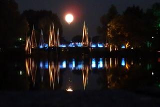 Illuminierte Brücke - Illumination, Brücke, Spiegelung, Nacht, dunkel, Dunkelheit, Licht, erleuchtet, spiegeln, illuminieren, anstrahlen, beleuchten, symmetrisch, Symmetrie