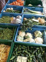 Gemüseauslagen - Obst, Gemüse, einkaufen, Verkauf, Handel, Blumenkohl, Porree, Rettich, Bohnen, Kartoffeln, Gurken, Markt, Marktstand, Mathematik