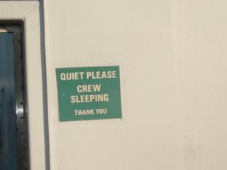 Quiet please, crew sleeping - Dover, Calais, P&O, Fähre, ferry, Frankreich, England, Schriftzug, englisch, Witz, Spruch, crew, Mannschaft, Schild