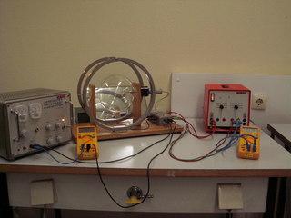 Massenbestimmung mit dem Fadenstrahlrohr #1 - Physik, Kräfte im Magnetfeld, Fadenstrahlrohr, Masse des Elektrons, spezifische Ladung, Helmholzspule, Elektronenstrahl