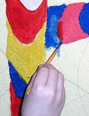Wandmalerei mit Pinsel #2 - Pinsel, Farbe, bunt, malen, gestalten, ausmalen, Hand, uneben, Untergrund, Wand, auftragen