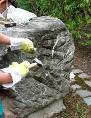 bearbeiten von Sandstein #2 - behauen, bilden, formen, gestalten, schlagen, anfertigen, herausarbeiten, meißeln, modellieren, Werkzeug, werkeln, Hammer, Meißel, Sandstein, Objektkunst, Arbeitsschutz