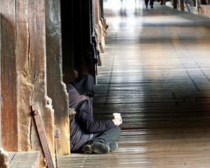 An der Seite - Gesellschaft, Ethik, philosophieren, betteln, Existenz, Grenze, Lebens, Erwerb, sitzen, Broterwerb, Bettler, Bettlerin, Obdachloser, arm, Mensch, Weg, Brücke, einsam, allein, anders sein, Almosen, Mitleid, sozial, Eindruck, Impuls, unten, obdachlos, Straße, Armut, Arbeitslosigkeit, Licht, Schatten, abgeschoben, ausgegrenzt, Ausgrenzung