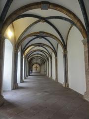 Kreuzgang - Kloster, Religion, beten, Andacht, Mönch, Nonne, Kreuzgang, Gewölbe, Kreuzgewölbe, Fußboden, Gurtbogen, Pilaster, Schlussstein