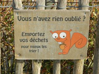Rien oublié - Frankreich, civilisation, déchets, Müll, trier, trennen, panneau, Schild, Eichhörnchen