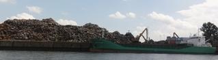 Schrott - Schrott, Metall, Abfall, Rececling, Massengut, Lagerplatz, Schiff, Frachter, Bagger, Kai, Kaimauer, Hafenbecken, Recycling, recyclen, Wertstoff, Verschrottung, Rohstoff, Abfall, Umweltschutz, Sekundärrohstoff