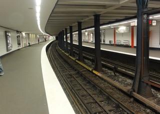 UBahn1 - U Bahn, U-Bahn, Metro, Untergrundbahn, Nahverkehr, ÖPNV, Öffentlicher Personen Nahverkehr, Bahnsteig, Gleis, Überwachungskamera, leer, Leuchten, Lampen, Stützen, Stützpfeiler