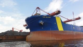 Schiff - Bugwulst, Frachter, leer, Kohle, Massengut, Hafen, Umschlag, Kräne, Kai, Kaimauer, Hafenbecken, Anker, Hamburg