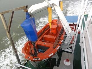 Rettungsboot - SOS, Rettungsboot, Rettungsmittel, Seenotrettung, orange, Signalfarbe, Kran, Winde, Ruder, retten, Sicherheit, schiffbrüchig, Seenot, Schiffsuntergang, Schiffbruch