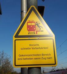 Hinweisschild - Schild, Hinweis, Gleise, Gefahr, Bahnsteig, Hinweisschild, Gefahrenschild