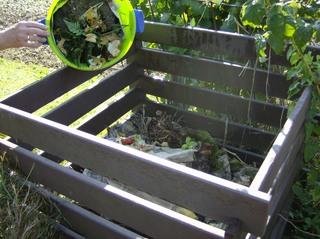 Kompostierung im Garten - Kompost, offener Kompost, Rotte, kontrollierte Verwesung, Mikroorganismen, Würmer, Saprophagen, Nährelemente, Düngemittel, Bodenverbesserer, Komposthaufen, Grünabfall