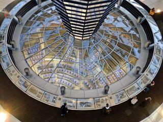 Blick von der Reichstagskuppel ins Parlament - Reichstag, Reichstagsgebäude, Berlin, Deutschland, Kuppel, Blick, Perspektive, Architektur, Parlament, Tourismus, Sehenswürdigkeit