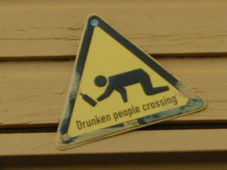 Drunken people crossing - Schild, Spaß, Kneipe, Alkohol, schief, Dreieck