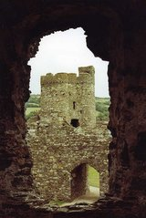 Kidwelly Castle - Ruine, Schloss, Burg, verfallen, Mauern, Burgmauer, Öffnung, Fenster, Durchblick, Ausblick, Mittelalter