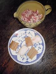 Speckwürfel und Schwarte - Speck, Speckwürfel, Schweinehaut, geräuchert, Suppe, Suppen, Eintopf, Eintöpfe, Tonkrug