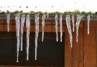 Eiszapfen am Fenster - Eiszapfen, Eis, Wasser, schmelzen, gefrieren, Fenster, Aggregatzustand
