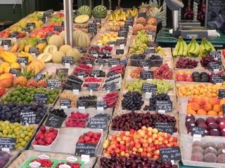 Obststand - Obst, Erdbeeren, Melonen, Markt, Einkaufen, Ernährung, gesund, Küche, Kochen, Essen, Kirschen, Banane, Markt, Stand, Marktstand, Verkaufsstand, Gemüsemarkt, Verkauf, verkaufen, Kaufangebot, Angebot, einkaufen, Handel, handeln, Händler