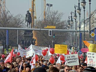 Demonstration für Bildung - Diskussion, Arbeitskampf, Demonstration, demonstrieren, Protest, Streik, streiken, protestieren, politisch, Politik, zeigen, hinweisen, nachweisen, Versammlung, Meinungsäußerung, Massendemonstration, Gewerkschaften, Demo, Demokratie, Gesprächsanlass, Impulsbild