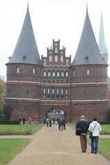 Lübecker Holstentor - Lübeck, Holstentor, Stadttor, Befestigung, Stadtbefestigung, Wehr, Wall, Geschichte, historisch, Türme, Turm, Giebel, Tor, Altstadt, Sehenswürdigkeit, Feldseite, Außenansicht, Kegel