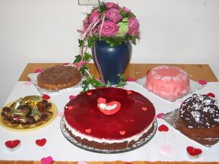 Kuchenbuffet - Tisch, Kaffeetisch, Kuchen, Torte, Blumenstrauß, Erzählanlass, Schreibanlass, süß, Herz, Fest, Feste feiern, Tradition, Geburtstag, Nachtisch, Vase